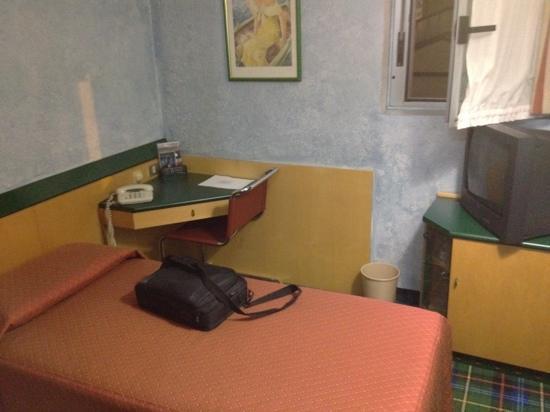 Arizona Hotel Milan: camera 2.5x3! non c'è molto spazio!