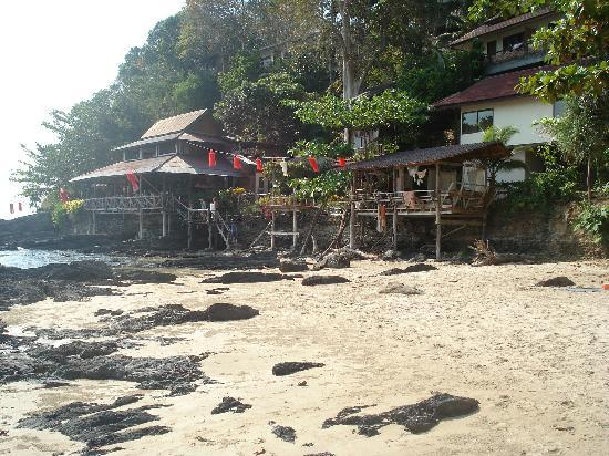 Bamboo Bay Resort: restaurant from the beach
