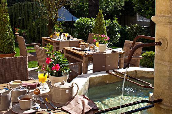 Hostellerie Le Cèdre : terrasse petit-déjeuner