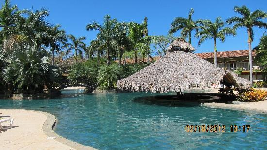 Hotel Tamarindo Diria: Pool across from beach