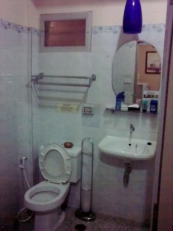 PR Place Hotel and Apartment: bathroom