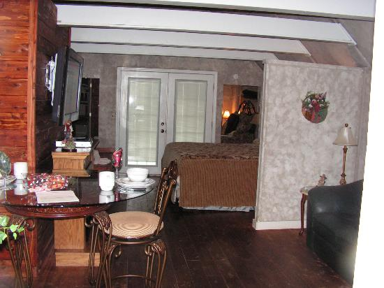 Honeymoon Hills Cabin Rentals: inside of cabin