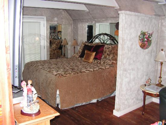 Honeymoon Hills Cabin Rentals: bed
