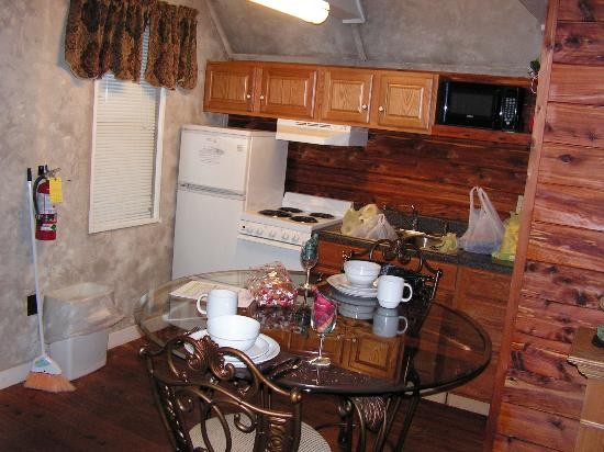 Honeymoon Hills Cabin Rentals: kitchen
