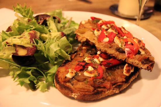 Le Pain Quotidien: Bruschettas and salad