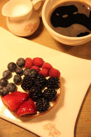 Le Pain Quotidien: Berry cake and cafe