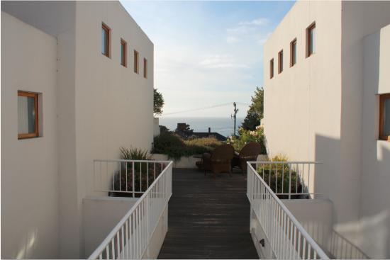 Tally Ho Inn: Deck view of the ocean