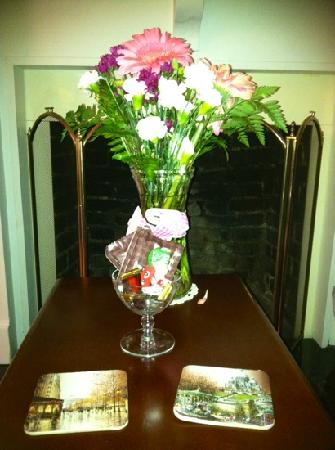 The Inn At Glen Alpine: Fresh flowers and chocolate in our suite.