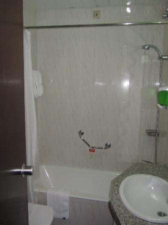 Hotel Miraparque: Chuveiro péssimo, e sem sabonete convencional