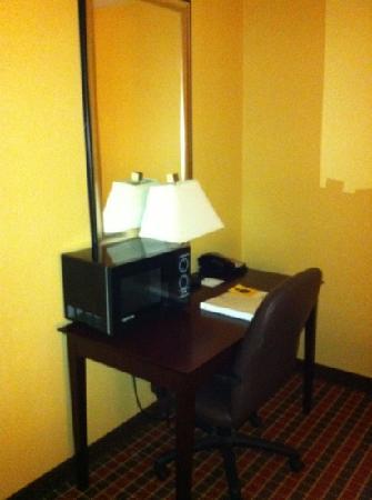 La Quinta Inn & Suites Pittsburgh North - McKnight: microwave in the room.