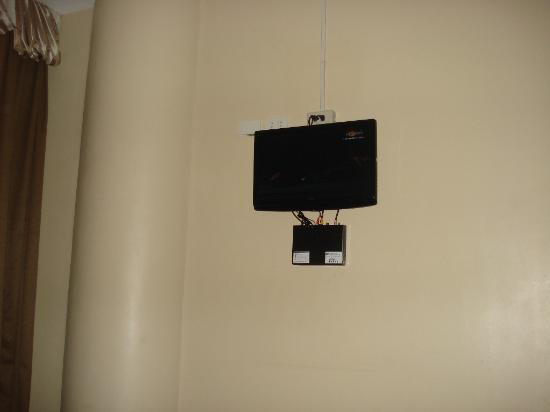 Fuente Oro Business Suites: tv is placed on the side of the wall, straining our necks everytime we watch tv