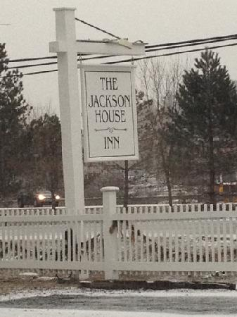 Jackson House Inn: snowy sign