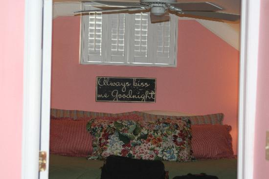 Emma's Cottage House: I wish I had a better angle but this is the cute little bedroom