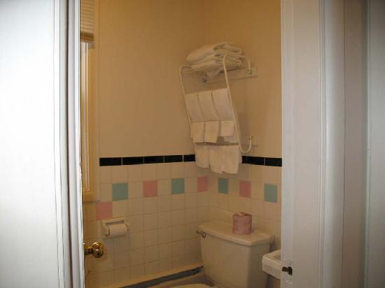 Travellers Hotel: Bathroom