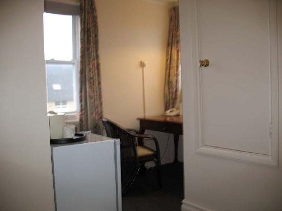 Travellers Hotel: Study desk