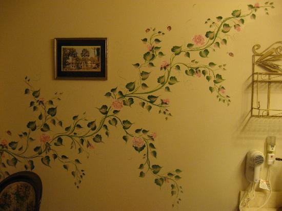 River Park Inn: beautiful hand painted flower accents in bathroom and bedroom