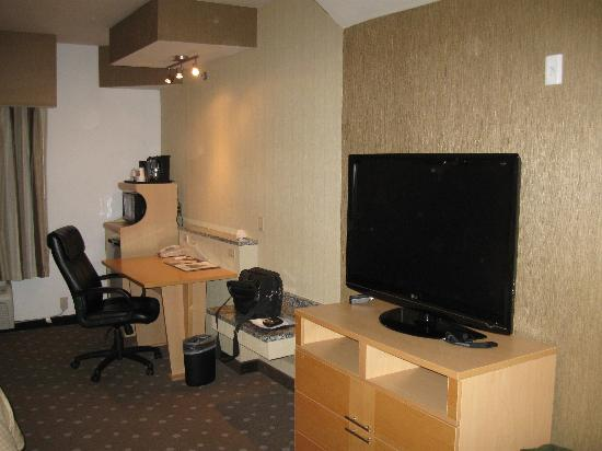 Comfort Suites: DESK & TV