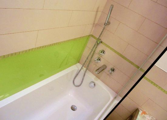 Dusche Glaswand Badewanne : Badewanne durch Glaswand auch prima als Dusche nutzbar – Picture of