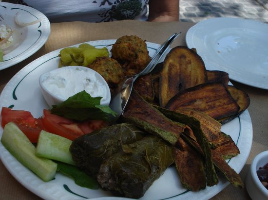 Dia Tafta: Fried vegetables and Dolmades