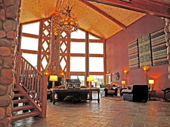 Crooked River Lodge: Looking across the lobby toward river