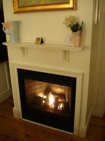 Admiral's Landing: Fireplace-room 1