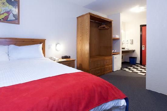 The Bulldog Hotel Silver Star : Standard Hotel Room - Accessible Room with Queen Bed