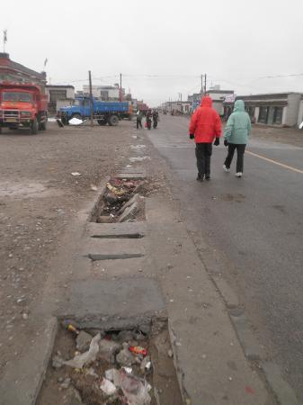 Amdo Guesthouse : Main highway through Old Tingri