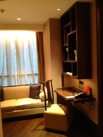 Jumeirah Himalayas Hotel Shanghai: 入ってすぐの書斎