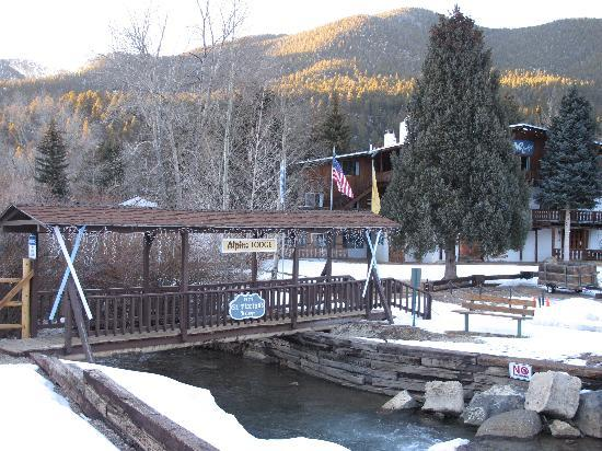 Alpine Lodge & Suites: covered bridge over the river
