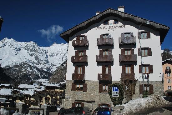 Ideally located picture of hotel berthod courmayeur for Hotel meuble berthod courmayeur