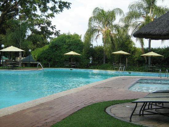 Protea Hotel Rustenburg Hunters Rest: Pool area - be lazy on the pool chairs!