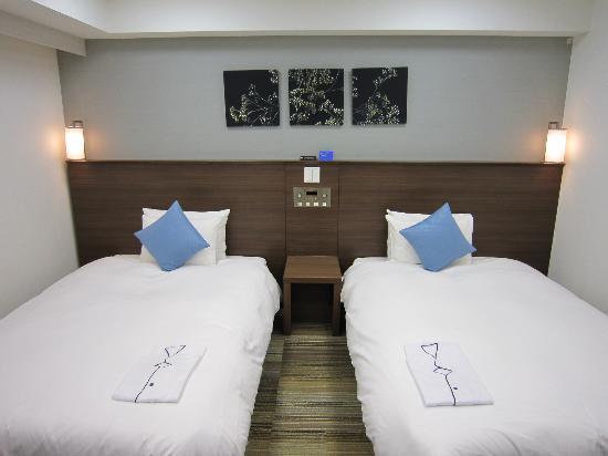 Daiwa Roynet Hotel Sendai : 色合いとセンスのよいベッドまわり