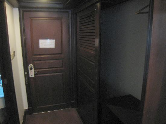 La Paloma Hotel : Large cupboard space and main room door