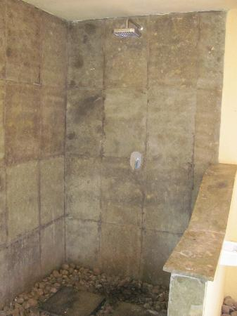 Ozzy Cottages and Bungalows: Shower