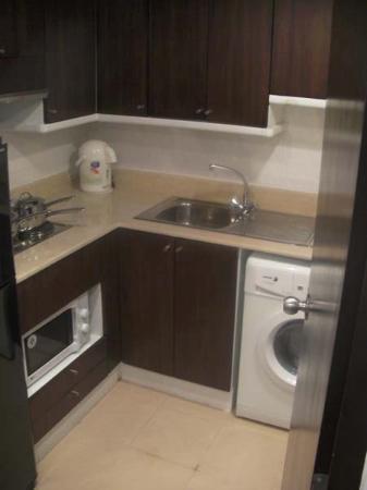 Omni Tower Sukhumvit Nana by Compass Hospitality: Küche mit Waschmaschine