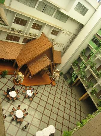 Dhevaraj Hotel: Looking from our floor to the second atrium with the Karaoke Bar and the Massage parlour to the