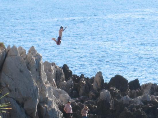 Paloma Beach: Children jumping off rocks along trail