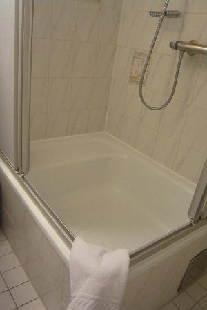 Pension Aviano: 深さのあるシャワールーム