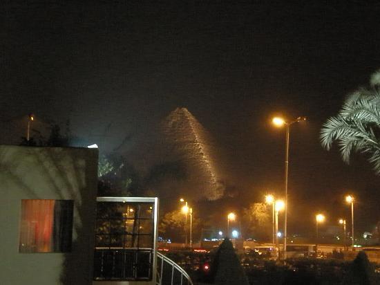 Mercure Cairo Le Sphinx : 部屋からのピラミッド