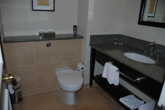 Sprowston Manor Marriott Hotel & Country Club: Bathroom bright and fresh