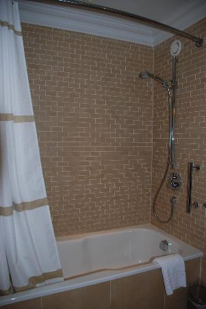 Sprowston Manor Marriott Hotel & Country Club: Shower. Very Clean.