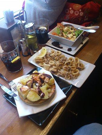 Casa Rosalia: media tapita de pulpo, media ensalada de quesos gallegos con frutos secos y unos chipirones frit