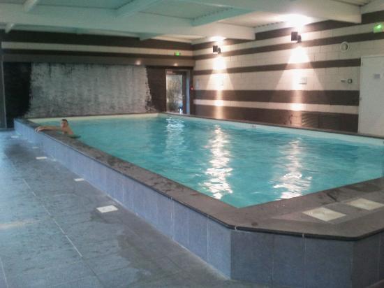 Piscine sans la cascade au fond photo de h tel ch teau for Au fond de la piscine