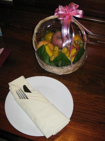 La Tradition D'Angkor Boutique Resort: Fruit platter in room