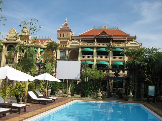 La Tradition D'Angkor Boutique Resort: Hotel as seen from pool bar