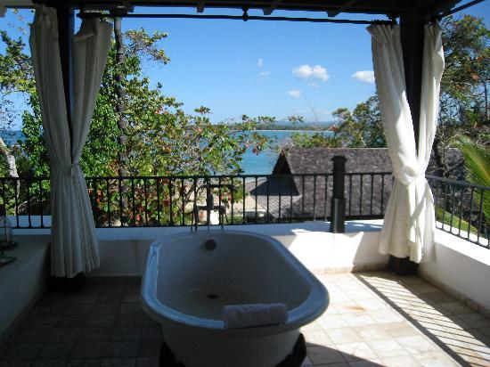 ‪‪Casa Colonial Beach & Spa‬: Bathtub with ocean view....pure luxury‬