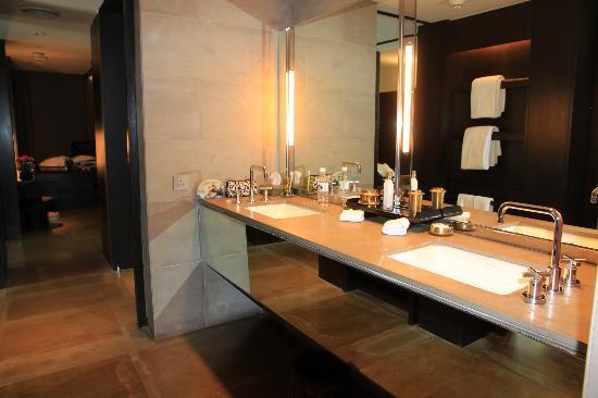 The Lodhi: Bathroom
