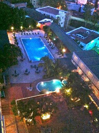 Hotel Honduras Maya: Piscina desde sexto nivel