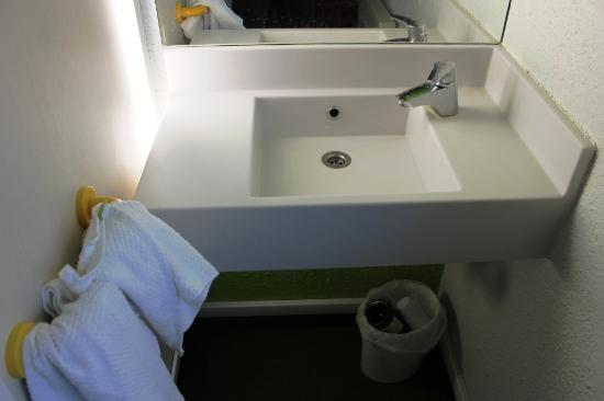 hotelF1 Metz centre Devant-les-Ponts : Every room has a sink
