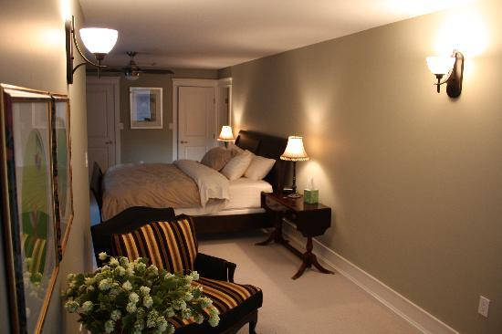 Stone Wood Bed and Breakfast: King Room and Sitting Area